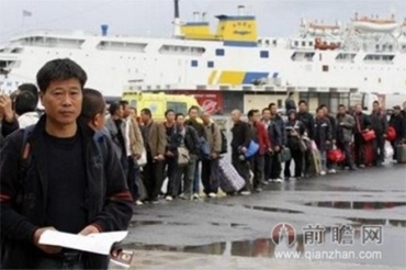 Queue of Chinese in Japan to register for possible withdrawal